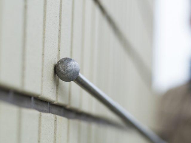 外壁の劣化具合を調査する職人